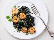 Черни спагети с мастило / масло от сепия, скариди, бяло вино и пармезан